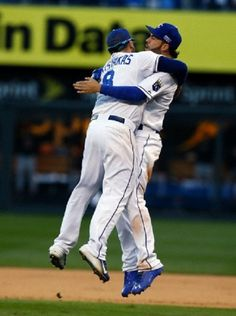 Kansas City Royals third baseman Mike Moustakas (8) and first baseman Eric Hosmer celebrate after the Royals defeated the Baltimore Orioles 2-1 in Game 4 of the American League baseball championship series, 15.10.2014, in Kansas City, Mo. The Royals advance to the World Series.