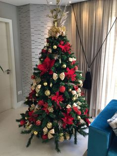 30 classy and elegant floral christmas tree ideas 20 Rose Gold Christmas Decorations, Red And Gold Christmas Tree, Traditional Christmas Tree, Christmas Tree Themes, Noel Christmas, Christmas Tree Toppers, Christmas Tree Decorations, Christmas Crafts, Christmas Tree Trends 2018