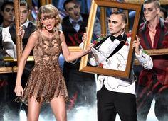 """Pin for Later: Taylor Swift's Auftritt bei den American Music Awards war etwas . . . beängstigend?! """"Überraschung - das sind gar keine Bilder. Das sind lebende Menschen. Crazy oder nicht?"""""""