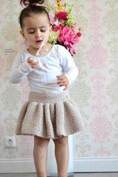 Dein kleines Mädchen braucht unbedingt dieses Tutu bzw. den Rock für Mädchen // Ballerinas. Fang gleich an mit der Schritt für Schritt Anleitung zum Häkeln.