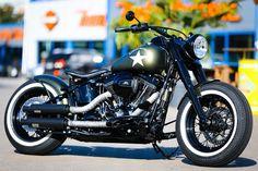 Wir verpassten der zuverlässigen Technik dieser modernen Harley mittels weniger Handgriffe noch ein Hauch mehr Old School look. Die serienmäßig grün-goldige Screamin Eagle Softail kommt mit unserem mitschwingendem Heckfender daher (7199101). Zudem entwickelten wir in den letzten Jahren eine ganze Reihe Parts wie z.b Lenker-Riser (5100300) die so den Vintage Stil dieser Jahre zitiert.