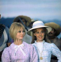 """Jeanne Moreau et Brigitte Bardot sur le tournage de """"Viva Maria""""."""
