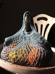 filet à provisions - Monique Guiral Ferlandin - Photo Filet Crochet, Crochet Gifts, Diy Crochet, Crochet Market Bag, Net Bag, Produce Bags, String Bag, Knitted Bags, Loom Knitting