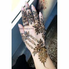 amazing design // by @r7maa94 . . . . . #henna #mehndi #whitehenna #wakeupandmakeup #zentangle #boho #monakattan #flowers #hennadesign #tattoo #girlyhenna #art #inspo #hennainspo #hennaart #photooftheday #mendhi #hennaartist #hennatattoo #naturalhenna #bridalhenna #7enna #doodle #art #mandala #beauty #love #feather