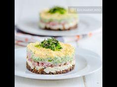 Wkrótce Wielkanoc i czas przygotowań. Tradycyjne potrawy mogą być podane w inny, ciekawy sposób. Proponuję podpatrzoną warstwową sałatkę wielkanocną, ułożoną w zgrabną kolorową kompozycję. Połączenie prostych składników daje bardzo smaczny efekt. Składniki (3 porcje) 3 jajka 3 łyżki pokrojonej drobno szynki gotowanej 200 g pieczarek 5 różyczek brokułu szczypiorek rzeżucha 3 łyżki majonezu sól, pieprz Wykonanie Jajka gotujemy […] Easter Dishes, Mary Berry, Yummy Mummy, Polish Recipes, Easter Recipes, Party Snacks, Bon Appetit, Feta, Catering