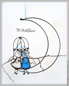 Купить или заказать Подвеска витражная 'Пара ангелов на луне' в интернет-магазине на Ярмарке Мастеров. Витражная интерьерная подвеска, исполнена в виде стилизированой пары ангелов под зонтом, сидящих на луне. Символизирует домашний уют и любовь двух влюбленных сердец. Авторская ручная работа, при повторении возможны небольшие отличия.