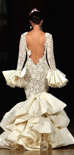 Juana Martin 2014 Cream lace for Solea! Flamenco Costume, Flamenco Dancers, Flamenco Dresses, Dance Dresses, Dance Costumes, Fashion Mode, Couture Fashion, Flamenco Wedding, Bridal Gowns