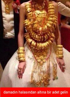 Chinese wedding,just show people how many gold she has. Funny Happy, Funny Laugh, Funny Shit, Funny Photos, Funny Images, Comedy Pictures, Turkish Wedding, Walmart Funny, Best Memes Ever