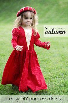 petite fille dans un costume de princesse médiévale bricolage