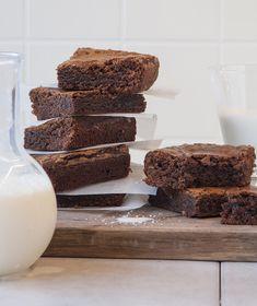 Μπράουνι με πραλίνα New Recipes, Sweet Recipes, Cake Recipes, Angel Cake, Sweet And Salty, Cake Pops, Cake Decorating, Muffins, Bakery
