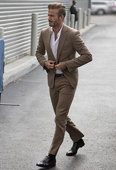 David Beckham with a business casual combo with a tan suit white button up shirt brown leather belt brown socks brown dress shoes David Beckham Suit, David Beckham Style, David Beckham Fashion, Der Gentleman, Gentleman Style, Mens Fashion Blog, Mens Fashion Suits, Style Fashion, Fashion Styles