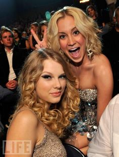 CMT Music Awards '09 --Friends Taylor Swift and Kellie Pickler