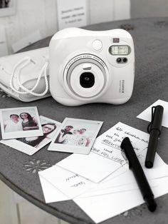 Sofortbildkameras machen zauberhaft charmante Fotos. Deshalb sind sie für das Fotogästebuch, die Photobooth und für traumhaft schöne Erinnerungs-Schnappschüsse einfach perfekt.