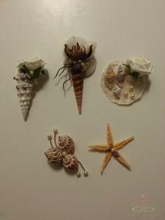 corsages van schelpen parels en katoenbollen