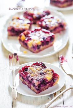 Blueberry Pie Bars - Super soft, easy bars with a creamy filling, streusel topping and abundance of juicy blueberries! Should be called Blueberry Bliss Bars. So delicious. Frozen Blueberry Recipes, Blueberry Pie Bars, Blueberry Desserts, Köstliche Desserts, Dessert Recipes, Blueberry Oatmeal, Blueberry Season, Raspberry Bars, Blueberry Crisp