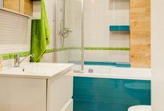 Aranżacja małej łazienki aczkolwiek ergonomicznej. Wanna z funkcją prysznica jest praktycznym rozwiązaniem. Białe płytki w połączeniu z intensywnymi zielonymi płytkami dają poczucie większej przestrzeni. Corner Bathtub, Alcove, Bathroom, Washroom, Full Bath, Bath, Bathrooms, Corner Tub