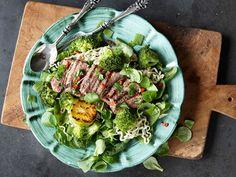 Grillad lax med fransk potatissallad | Recept från Köket.se Halloumi, Cobb Salad, Sprouts, Asparagus, Cabbage, Bbq, Vegetables, Ethnic Recipes, Chili