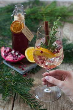 Granatapfel Orangen Spritzer Fruity pomegranate orange splashes as an aperitif on New Year's Eve by Sweets & Lifestyle® Winter Cocktails, Christmas Cocktails, Champagne Cocktail, Cocktail Drinks, Cocktail Mix, Blackberry Wine, Raspberry Mojito, Gin Recipes, Delicious Recipes
