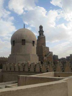 مأذنة مسجد السلطان العظيم أحمد بن طولون وقبة مسجد الأمير صرغتمش من أعلى المسجد