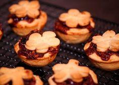 Karácsonyi mini pite: mince pie Mince Pies, Muffin, Breakfast, Mini, Recipes, Food, Morning Coffee, Recipies, Essen