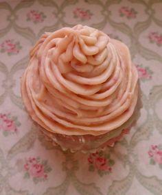 Rosa, romantico e dolcissimo: #cupcake alla fragola, naturalmente rosa per via della purea di questi frutti rossi. La glassa è al cioccolato bianco, mascarpone e altre #fragole! Il tutto aromatizzato con un tè verde sencha alla frutta e fiori.