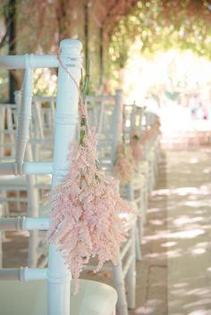 Ramo astilbe colgado silla, ceremonia civil   Astilbe hanging from the chair in a civil ceremony