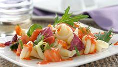 Ensalada de pasta con salmón ahumado y salsa de pimientos