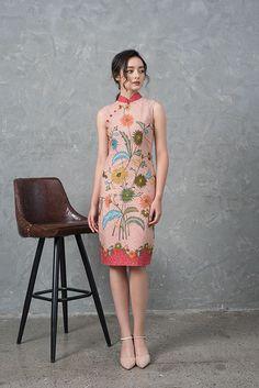 Batik Fashion, Ethnic Fashion, Asian Fashion, Traditional Dresses Designs, Traditional Outfits, Batik Dress, Cheongsam Modern, Fashion Dresses, Floral Dresses