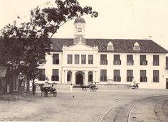 Stadhuis (sekarang Musium Fatahillah) Batavia 1880-1920. Dutch East Indies, City Scene, Rotterdam, Jakarta, Old Photos, Holland, The Past, Museum, Mansions