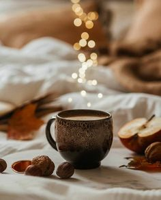 coffee night Our cozy autumn nights Coffee Is Life, I Love Coffee, Coffee Cafe, Coffee Drinks, Coffee Photography, Food Photography, Cozy Aesthetic, Autumn Cozy, Morning Coffee