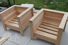 DIY outdoor chairs and porch makeover - DIY porch or patio furniture. - DIY outdoor chairs and porch makeover – DIY porch or patio furniture. Learn how to use these chai - Modern Outdoor Chairs, Outdoor Couch, Outdoor Cushions, Outdoor Pallet, Outdoor Lounge, Chair Cushions, Outdoor Seating, Outdoor Living, Garden Pallet