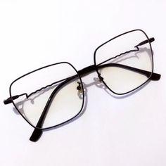 Para mulheres arrojadas que precisam mudar seu visual no dia-dia. Temos variedade para que você encontre o ideal para seu formato de rosto  #oculosquadrado #armaçãopreta #oculosretro Retro, Grande, Glasses, Fashion, Glasses Frames, Moving Out, Women, Moda, Eyeglasses