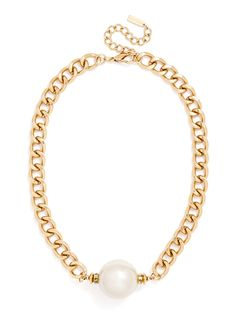 A single oversized pearl flanked with pavé coated gold tabs creates a boldly feminine finishing touch.