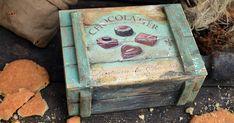 Детали создают настроение и стилистику в интерьере. За счёт небольших акцентов можно наполнить дом определённой атмосферой. Сегодня на мастер-классе, мы будем создавать как раз такой колоритный элемент декора. Это деревянный яшик «Chocolatier». Для его создания нам понадобится: деревянный ящик с крышкой; наждачная бумага средней зернистости; эмаль акриловая, на водной основе; лак на водной…