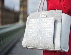 Se você é uma mulher mulher tech-savvy essa bolsa definitivamente foi feita para você. A FYB London Smart Bag é uma bolsa inteligente de luxo idealizada pela empreendedora de moda Danielle Richeson…