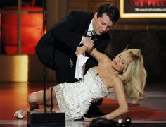 Host Sean Hayes picks Kristin Chenoweth off the ground during a joke at the American Theatre Wing's 64th annual Tony Awards ceremony in New York, June 13, 2010. REUTERS/Gary Hershorn