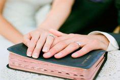 Inspirações de fotos para mostrar as alianças no dia do casamento!