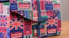 Aprenda a fazer uma caixinha de cartonagem passo a passo muito fofa, para guardar pequenos objetos, neste vídeo exclusivo do Artesanato e Ponto.