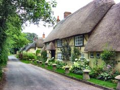 English Village Cottage in Hampshire/darling Cute Cottage, Old Cottage, Garden Cottage, Cottage Homes, Cottage Style, Yellow Cottage, English Country Cottages, English Country Decor, English Village