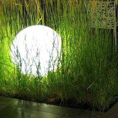 Une boule qui fait de l'effet dans le jardin ! Luminaire Led, Recycled Furniture, Recycling, Lights, Patio, Garden, Nature, Plants, Inspiration