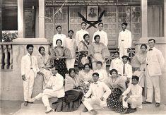 Faculty of Anderson Intermediate School, Arayat in Pampanga, 1908 #kasaysayan #pinoy#classpicture Philippines People, Philippines Fashion, Philippines Culture, Vintage Pictures, Old Pictures, Old Photos, Filipino Fashion, Filipino Culture, Class Pictures