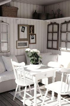 schöne Vintage Wanddeko mit leeren Fenster- und Bilderrahmen