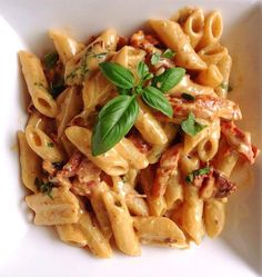 Penne Alfredo with Bacon and Sun Dried Tomato. Penne Alfredo with Bacon and Sun Dried Tomato Recipes A delicious twist on the classic Alfredo. Penne Alfredo with Bacon and Sun Dried Tomato will change. Salsa Alfredo, Alfredo Sauce, Pasta Penne, Bacon Pasta, Pasta Food, Junk Food, Food Food, Food Art, Salads