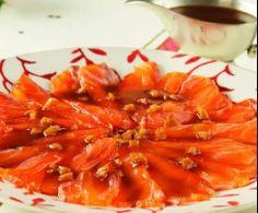 Salmón marinado al jengibre con salsa de cítricos y wasabi.