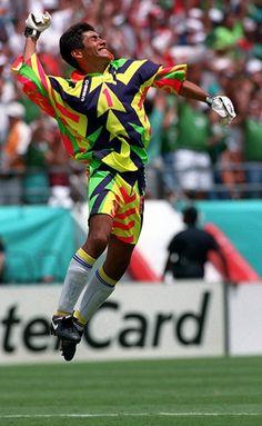 Jorge Campos had the tightest goalie jerseys soccer's ever seen World Football, Football Kits, Football Cards, Football Jerseys, Football Photos, Soccer Skills, Soccer Tips, Goalkeeper Kits, Mexico Soccer
