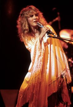 Ok guys, let& talk about Stevie Nicks. There& many elements to understanding this woman. There& her music indivisually, Fleetwood Mac,. Lady Gaga, Buckingham Nicks, Lindsey Buckingham, Stephanie Lynn, Stevie Nicks Fleetwood Mac, Iconic Dresses, Rockn Roll, Look Vintage, Vintage Glamour