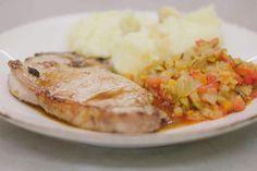 Jeroen bakt malse kalfskoteletten, geserveerd met een fijne ratatouille met Provençaalse smaken. Vergeet de puree niet, en de overheerlijke culinaire saus die het gerecht àf maakt. Dit is Dagelijke kost maar dan nét iets meer.