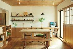 カフェ風インテリアに欠かせないのが、ナチュラルな木製の家具。無垢材なら、使ううちに飴色になり、傷や汚れがついても味になります。どうしても気になってしまうなら、家具屋さんで削ってもらいましょう。ウレタン塗装ではなく、オイル仕上げのものは、定期的に塗りなおすメンテナンスを自分ですることで、より愛着のあるものになります。