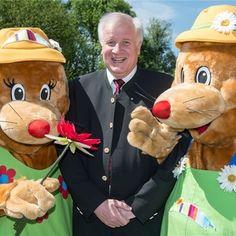 """Bayerns Ministerpräsident Horst Seehofer (CSU) mit den Maskottchen der Landesgartenschau, """"Willy und Milly"""". Foto: dpa."""