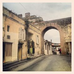 A road passing through this gate on the old Thessaloniki city walls, interrupts the array of houses attached on both sides of it. (Walking Thessaloniki, Route Upper Town c) Thessaloniki, Historical Photos, Wonderful Places, Athens, Cuba, Gate, Greece, Buildings, Places To Visit